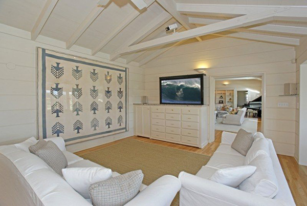 4257 Avenue del Mar family room, a beachfront home in Sandyland Cove