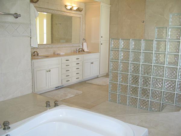 875 Sand Point Road master bath, a beachfront home in Carpinteria