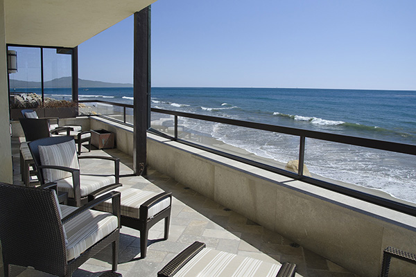 03_Bonnymede Beachfront Condo Whole balcony down coast